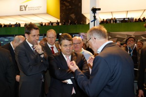 06_Federal_Minister_for_Economy___Energy_Sigmar_Gabriel_talking_to_PTX_technical_expertise_L1_5424 (2)